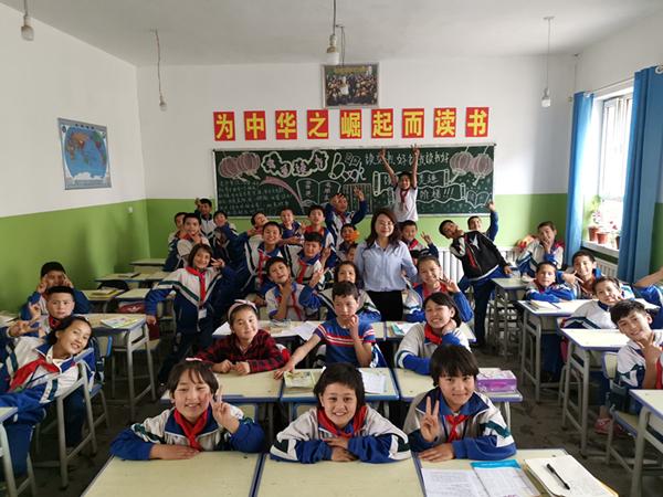 1.2018年,国信证券正式启动向新疆麦盖提县派驻员工支教志愿者的支教行动。图为志愿者与当地孩子合影2_副本.jpg